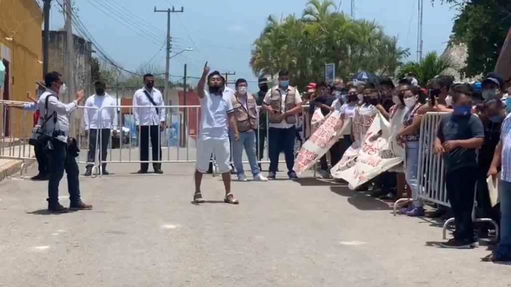 #Video Alumnos protestan previo a evento de AMLO en Quintana Roo - Protesta de alumnos en Quintana Roo previo a evento de AMLO. Captura de pantalla / dalies10