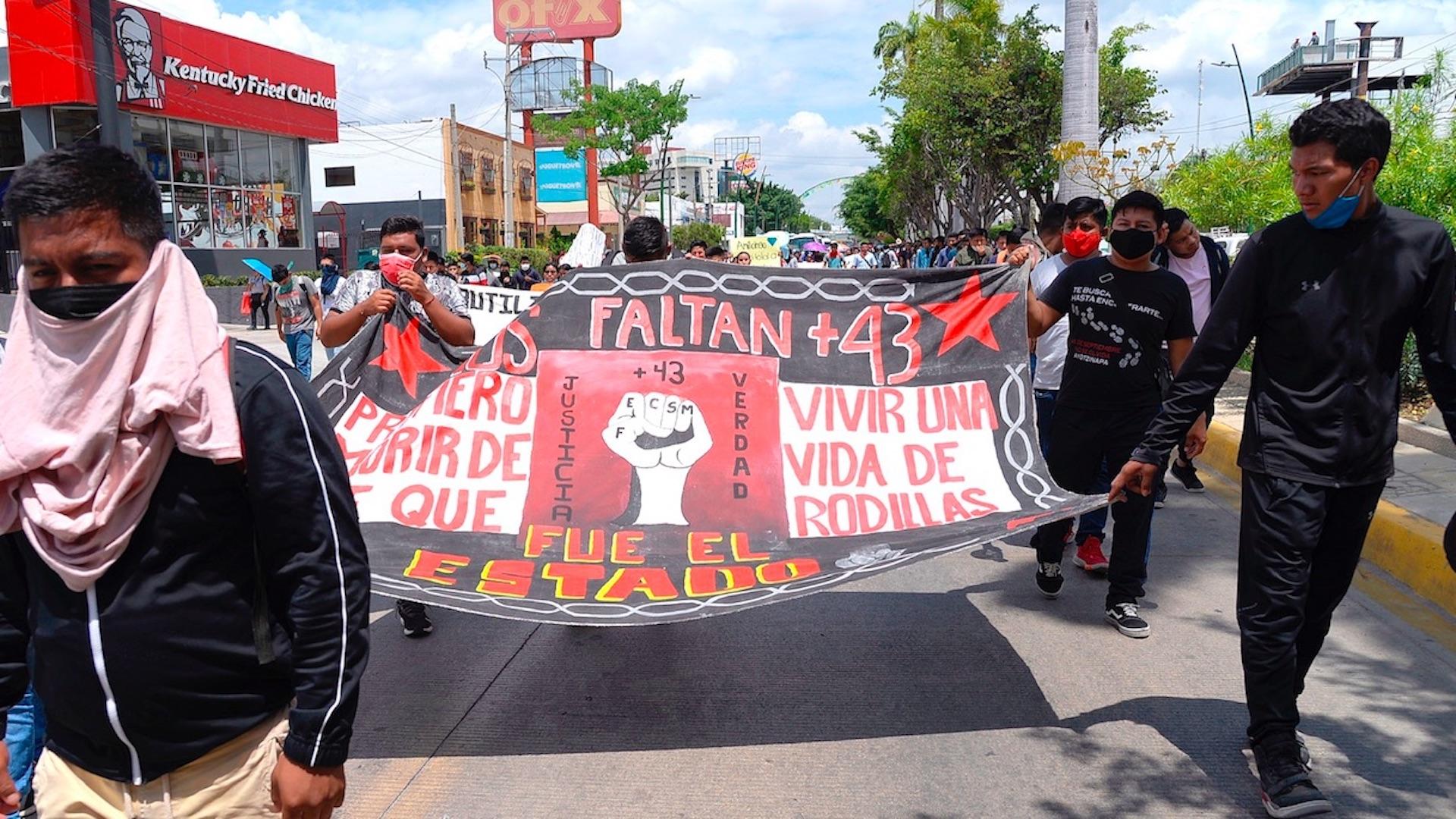 Marchan para exigir justicia por casos Ayotzinapa y Mactumactzá. Foto de EFE