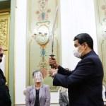 Steven Seagal regala a Nicolás Maduro espada japonesa