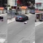 #Video Sujeto avienta de auto a su novia; minutos después regresa por ella