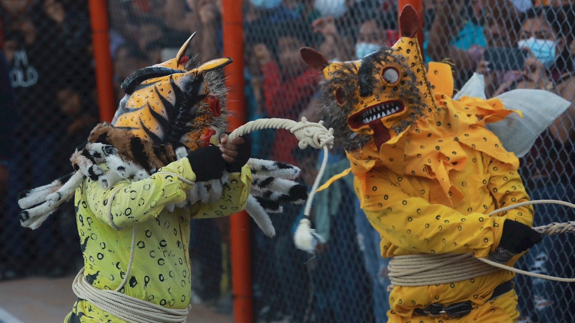 """Habitantes se reúnen hoy, para realizar """"La pelea de tigres"""" un ritual por la lluvia, en la comunidad Zitlala, estado de Guerrero (México). Foto de EFE/David Guzmán"""