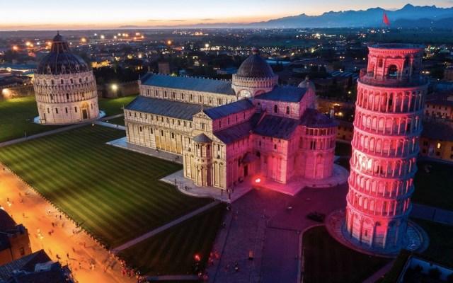 La Torre de Pisa se ilumina de rojo para conmemorar el Día Mundial de la Cruz Roja y de la Media Luna Roja - Foto de EFE