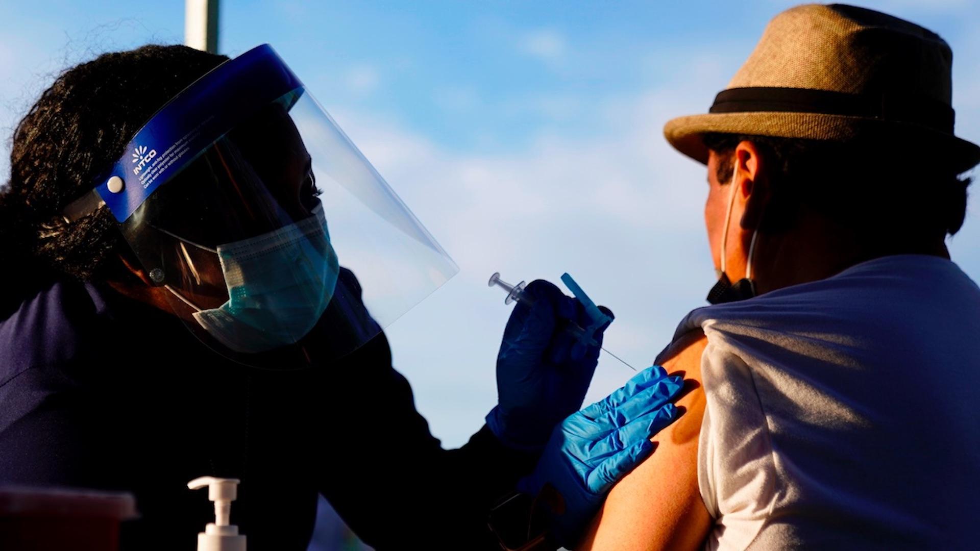 Hasta 2 millones de mexicanos han viajado a EE.UU. para vacunarse contra el COVID-19. Foto de EFE