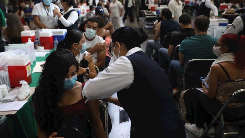 Trabajadores de Salud vacunan a profesores en la Biblioteca Vasconcelos de Ciudad de México. Foto de EFE/ Sáshenka Gutiérrez.