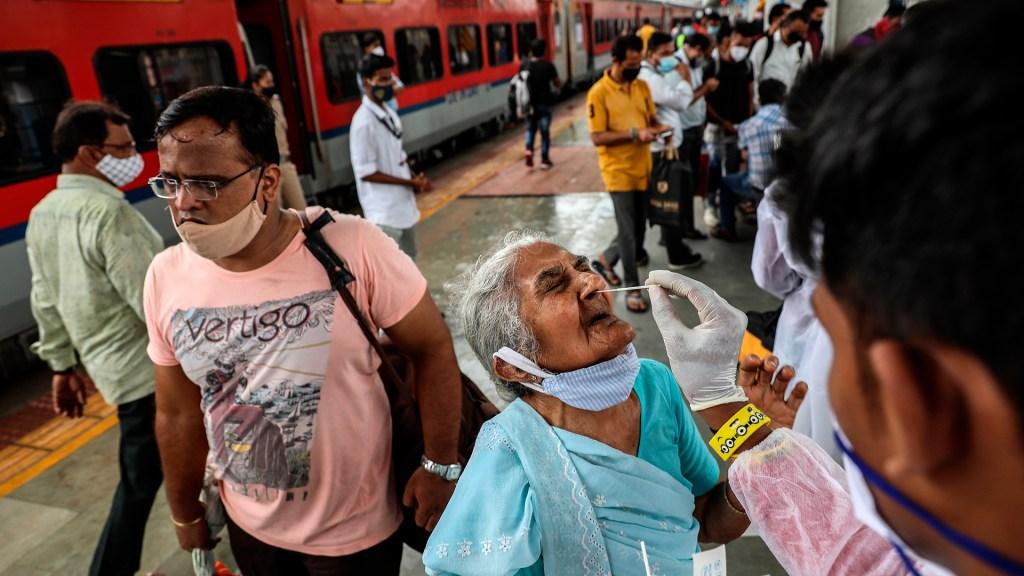 Variante Delta plus podría impactar en respuesta inmunitaria al virus, según OMS - Aplicación de pruebas COVID-19 en estación ferroviaria de India. Foto de EFE