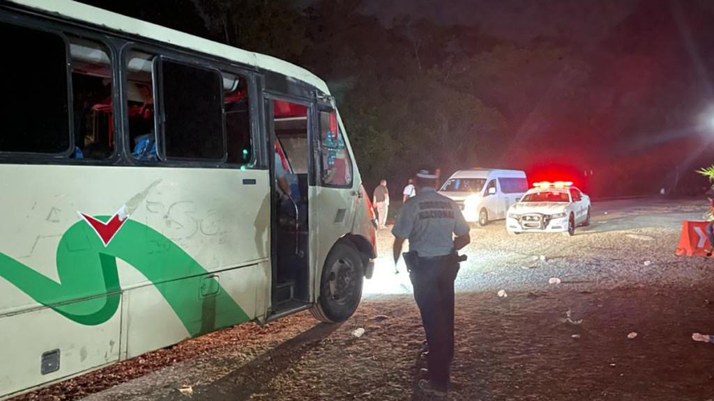 Interceptan en Chiapas a 108 migrantes centroamericanos hacinados en autobús - Autobús en Chiapas lleno de migrantes centroamericanos. Foto de @GN_MEXICO_