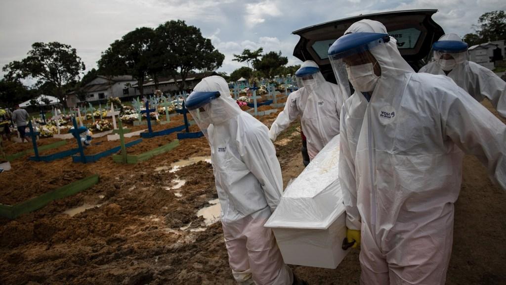 Media de muertes por COVID-19 en Brasil cae a su menor nivel en 4 meses - Brasil pandemia epidemia COVID-19