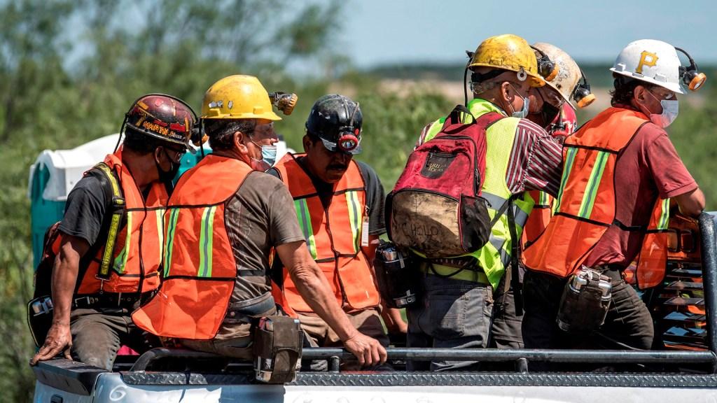Suman cinco los cuerpos de mineros rescatados en Múzquiz, Coahuila - Brigadistas que participan en rescate de cuerpos de mineros en Múzquiz, Coahuila. Foto de EFE
