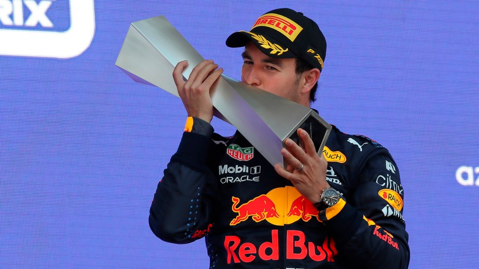 'Checo' Pérez gana el Gran Premio de Azerbaiyán - Checo Pérez con trofeo del GP de Azerbaiyán. Foto de EFE