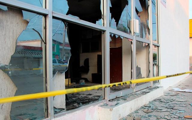 Supuestos normalistas vandalizan instituto electoral de Chiapas - Daños en IEPC de Chiapas causados por supuestos normalistas. Foto de EFE