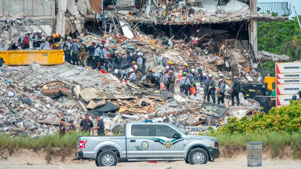Hallan cuatro cuerpos más entre escombros de edificio en Miami; suman 64 víctimas - derrumbe edificio Surfside Florida Miami