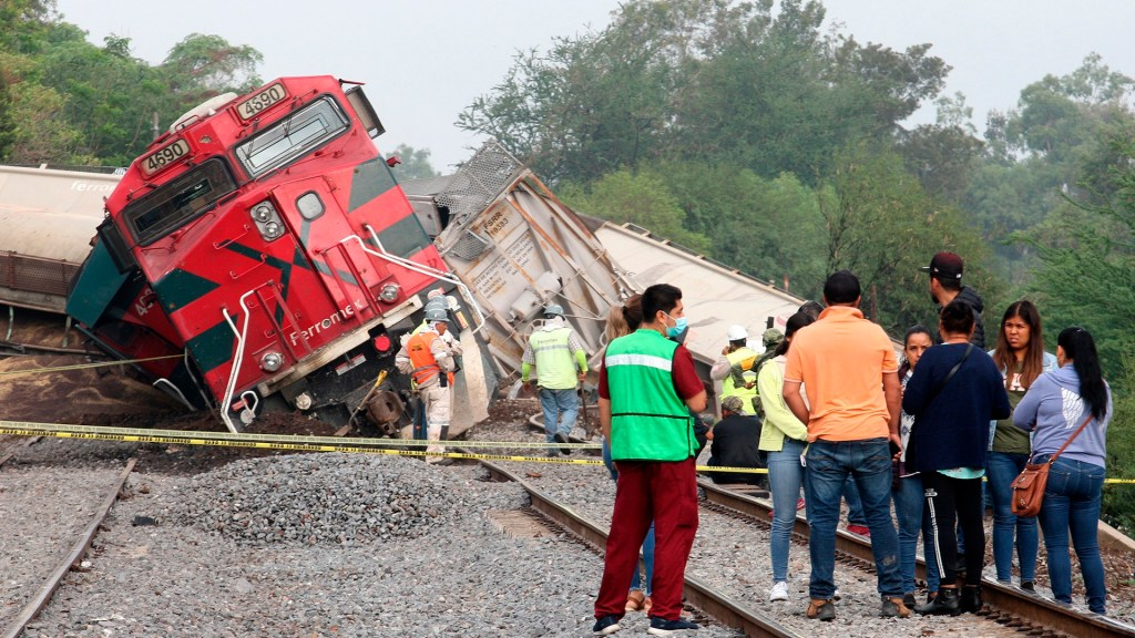 Tren descarrila en Jalisco y golpea casas; hay un muerto y tres heridos - Descarrilamiento de tren en Tala, Jalisco. Foto de EFE