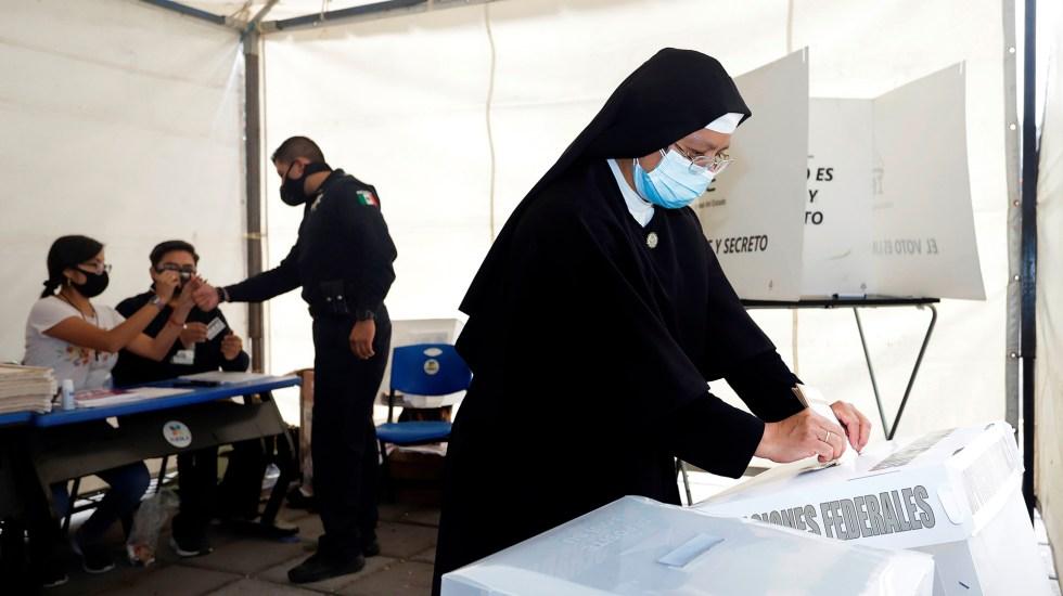 Arquidiócesis de Monterrey y Xalapa piden preservar la paz durante y después de las elecciones - Monja emite su voto durante elecciones 2021. Foto de EFE
