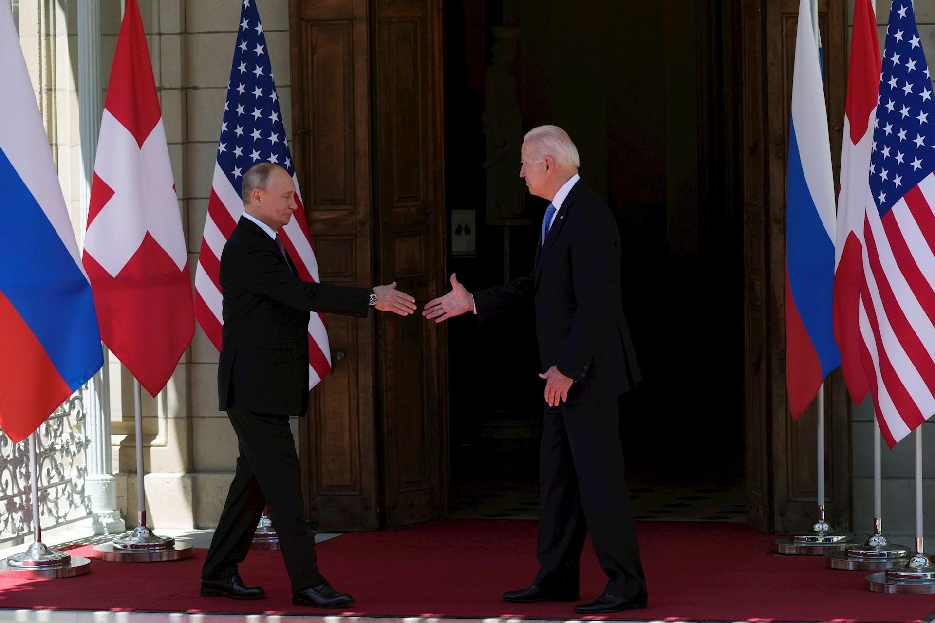 La cumbre entre los presidentes de Estados Unidos, Joe Biden, y de Rusia, Vladímir Putin, comenzó hoy, instantes después de que ambos llegaran por separado al lugar del esperado encuentro en la Villa La Grange en una zona céntrica de Ginebra. Foto de EFE/ EPA/ ALEXANDER ZEMLIANICHENKO.