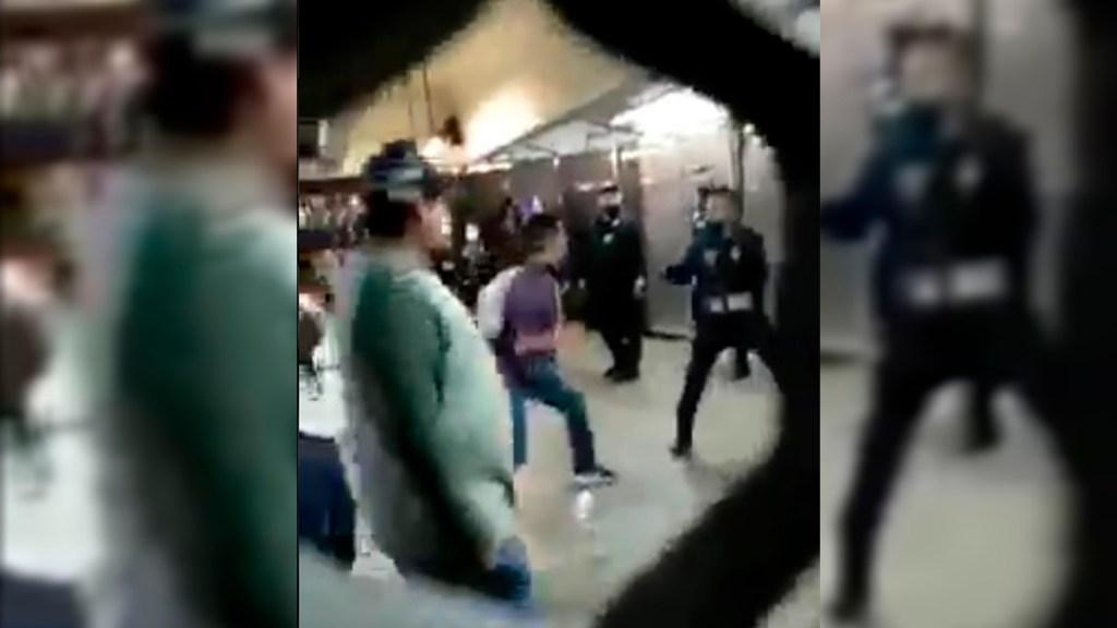 #Video Se enfrentan usuarios y policías en Metro Pantitlán - Enfrentamiento entre usuarios y policías en Metro Pantitlán. Captura de pantalla