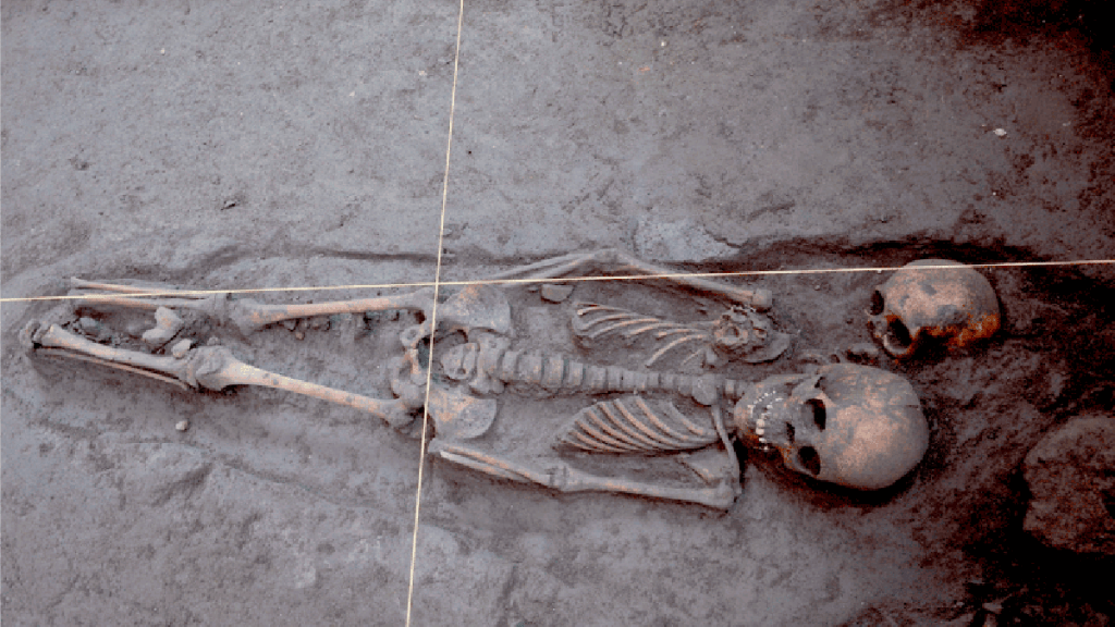 Descubren en Xochimilco 17 entierros prehispánicos - Entierros prehispánicos en zona de Xochimilco. Foto de INAH
