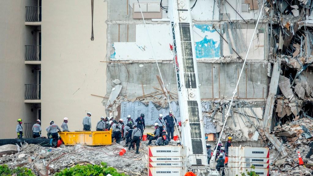 Colecta para familia de niña víctima del derrumbe de Miami reúne más de 26 mil dólares - Escombros por derrumbe en edificio de Miami. Foto de EFE