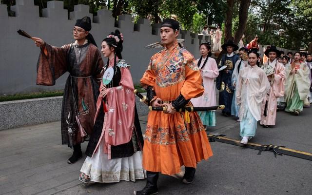 Festival del bote del dragón en China - Personas vestidas con hanfu, ropa tradicional china, marchan durante un desfile previo al festival del bote del dragón en Beijing, China. La fiesta tradicional china conmemora la vida y la muerte del poeta Qu Yuan. Foto de EFE