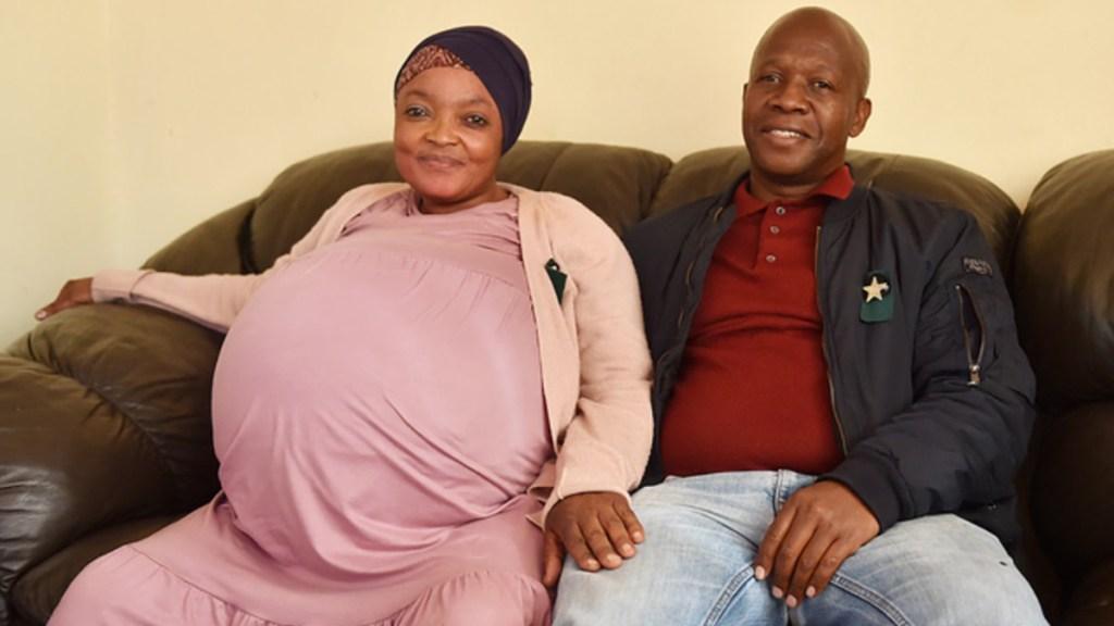 Mujer da a luz a diez bebés; esperaba ocho - Gosiame Thamara Sithole, quien dio a luz a 10 bebés, junto a su esposo Tebogo Tsotetsi. Foto de Agencia Africana de Noticias (ANA)