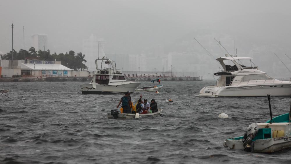 Tormenta Enrique se debilita en su avance a península de Baja California - Huracán Enrique Acapulco Guerrero