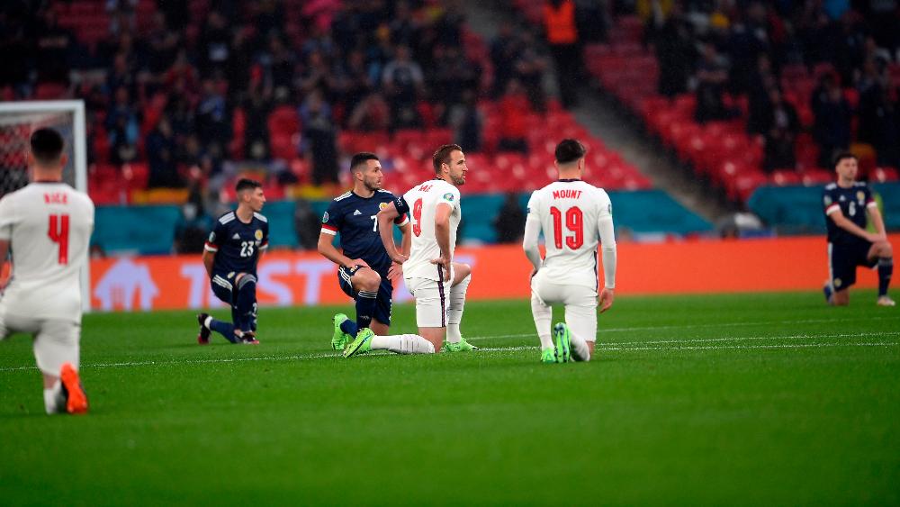 #Video Sonora ovación en Wembley al gesto contra el racismo - Inglaterra Escocia racismo Euro jugadores rodilla