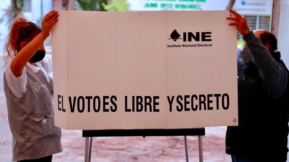 Con algunos retrasos en casillas, arranca jornada electoral; ciudadanía elige más de 20 mil cargos públicos - Instalación de casilla electoral por elecciones 2021. Foto de EFE