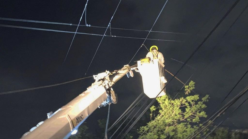 CFE restablece luz a 68 % de usuarios afectados en Nuevo León por frente frío - Labores de CFE para restablecer la energía en NL. Foto de CFE