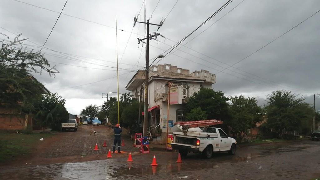 Tormenta 'Dolores' deja tres muertos a su paso por costas del Pacífico - Labores de CFE para restablecer energía tras paso de la tormenta Dolores. Foto de CFE