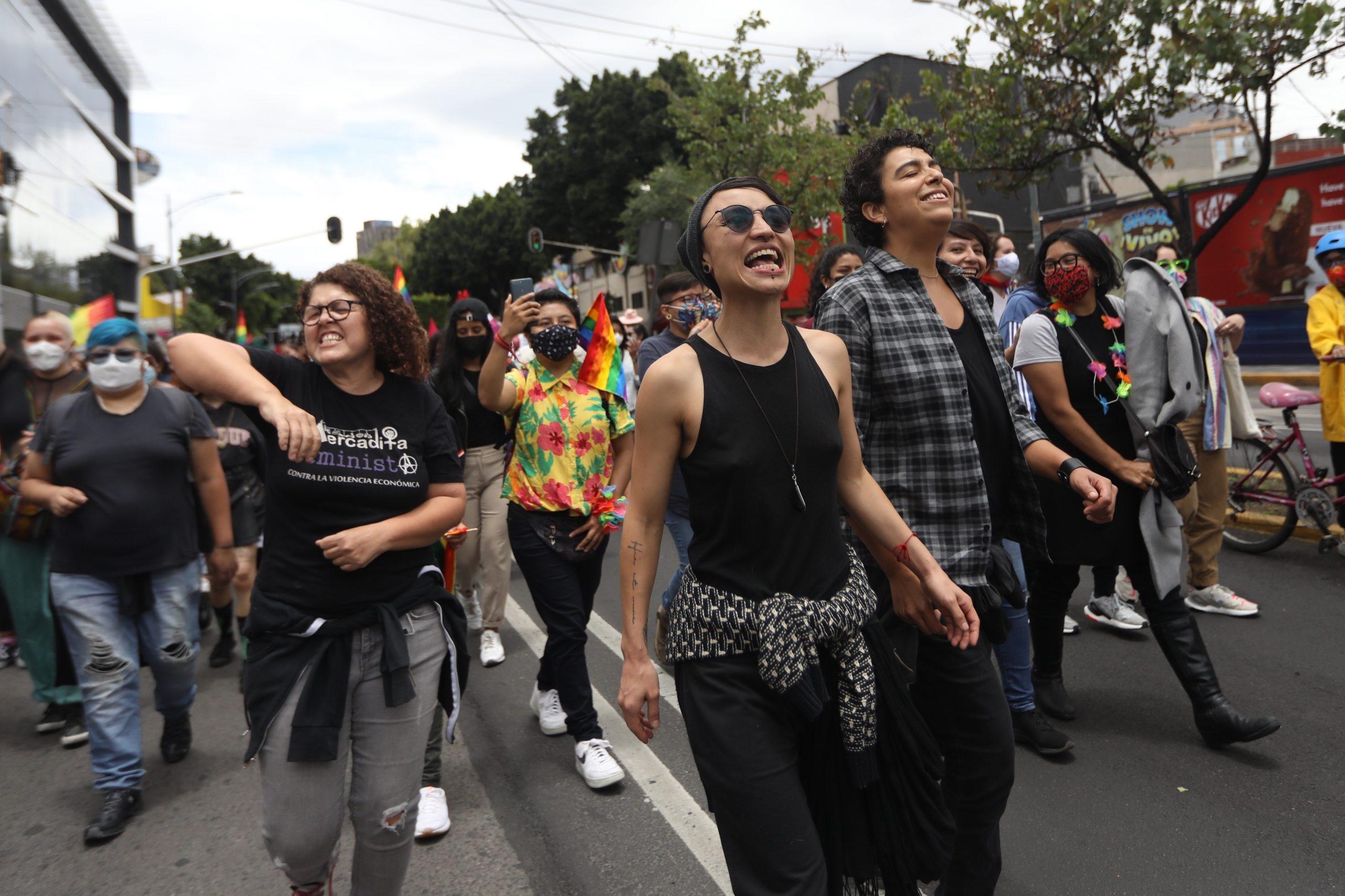 """Colectivos de mujeres participan en la primera """"Marcha Lencha"""", en busca de espacios para celebrar y visibilizar el amor entre mujeres en Ciudad de México. Mexicanas lesbianas y trans reivindicaron este sábado sus derechos y se manifestaron contra la violencia con la primera """"Marcha Lencha"""", como se conoce en el país a la homosexualidad femenina. Foto de EFE/Sáshenka Gutiérrez."""