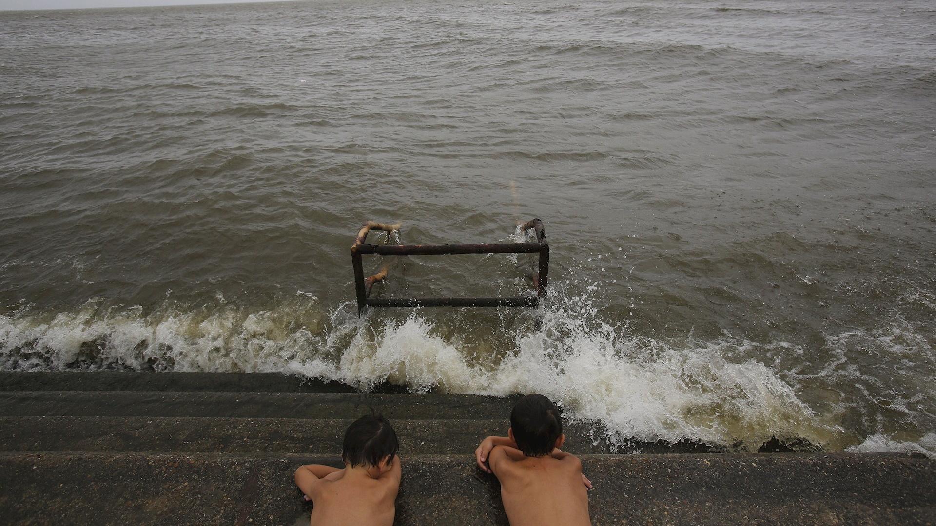 Potencial tormenta tropical azota con lluvia y viento las costas de EE.UU.