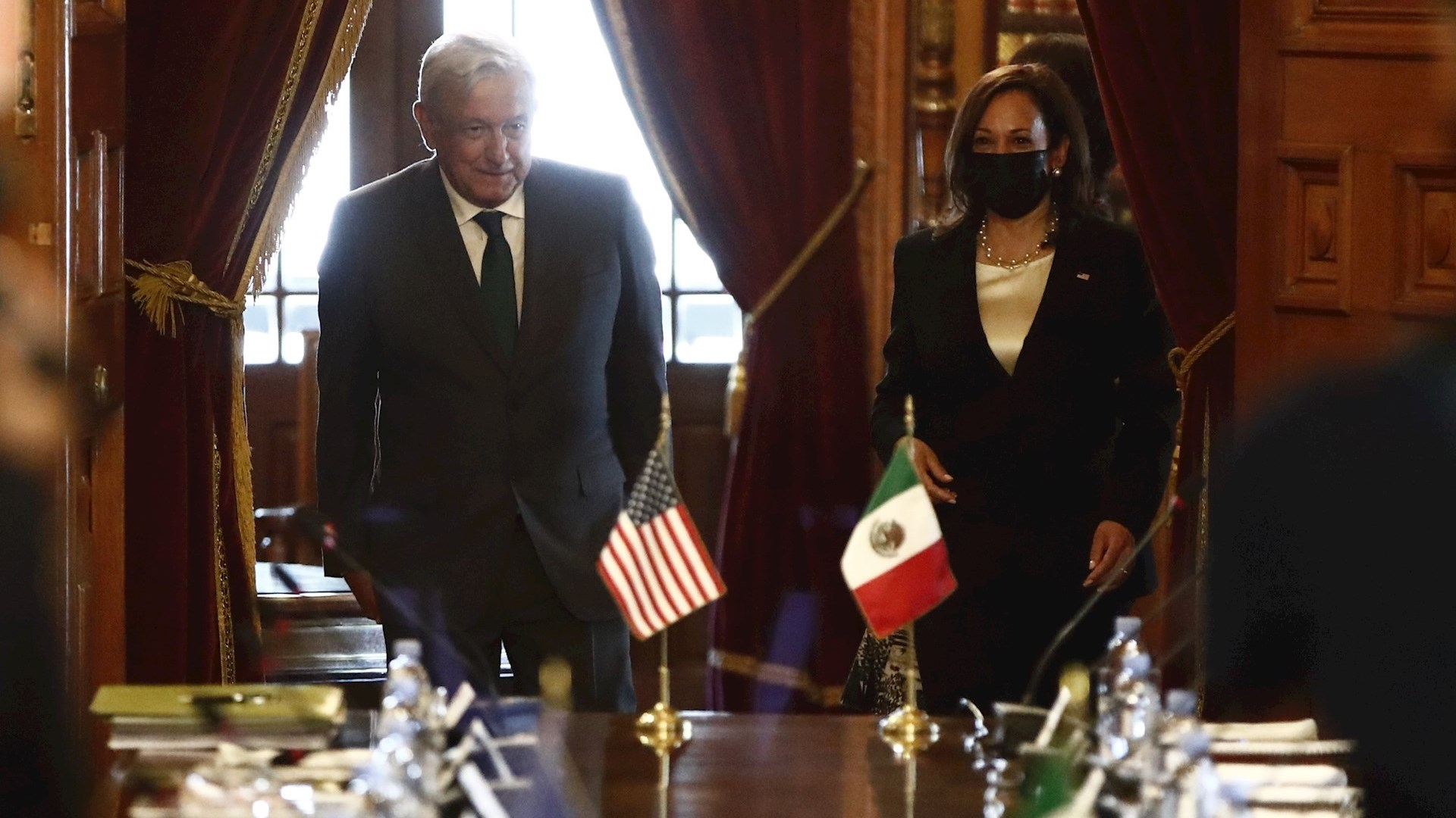 El presidente López Obrador y la vicepresidenta de Estados Unidos, Kamala Harris, a su llegada a una mesa de trabajo con sus comitivas en Palacio Nacional. Foto de EFE/José Méndez.