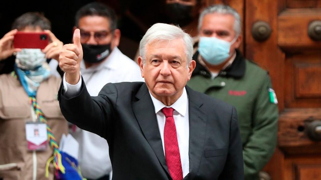 """#Video """"¡Viva la democracia!"""": el presidente López Obrador emite su voto - López Obrador muestra su dedo con tinta indeleble tras votar en elecciones 2021. Foto de EFE"""