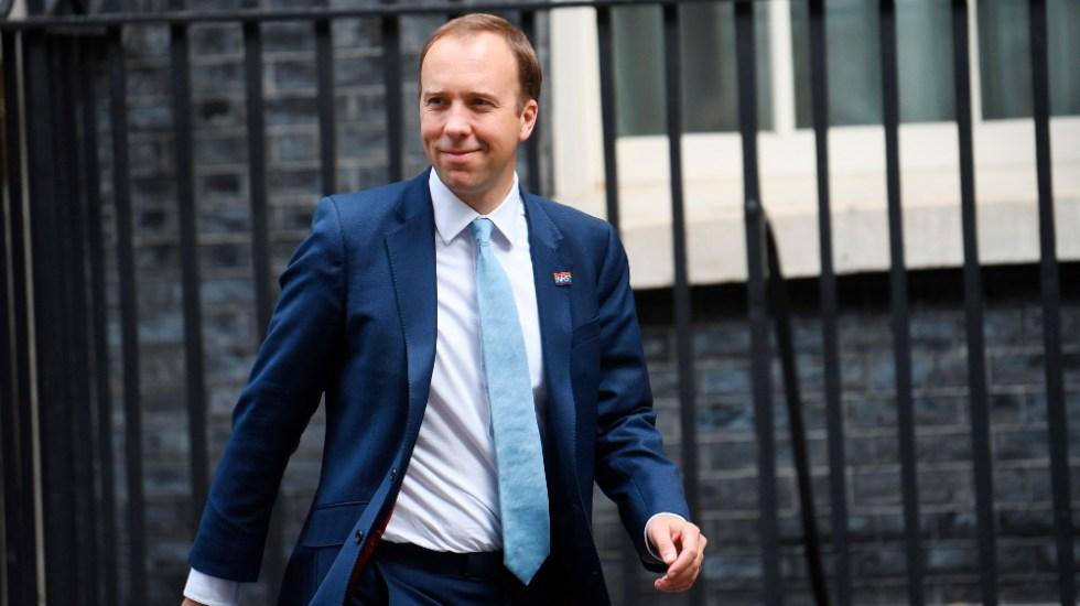 Renuncia ministro de Sanidad británico tras romper normas contra pandemia - Matt Hancock renuncia