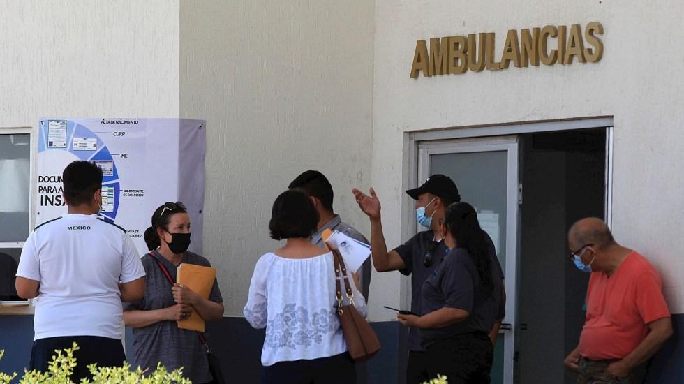 México registró en las últimas 24 horas 6 mil 513 casos y 270 muertes por COVID-19 - México Familiares esperan informes de pacientes contagiados con COVID-19 en el Hospital Central, en ciudad Juárez, Chihuahua. Foto de EFE/ Luis Torres.
