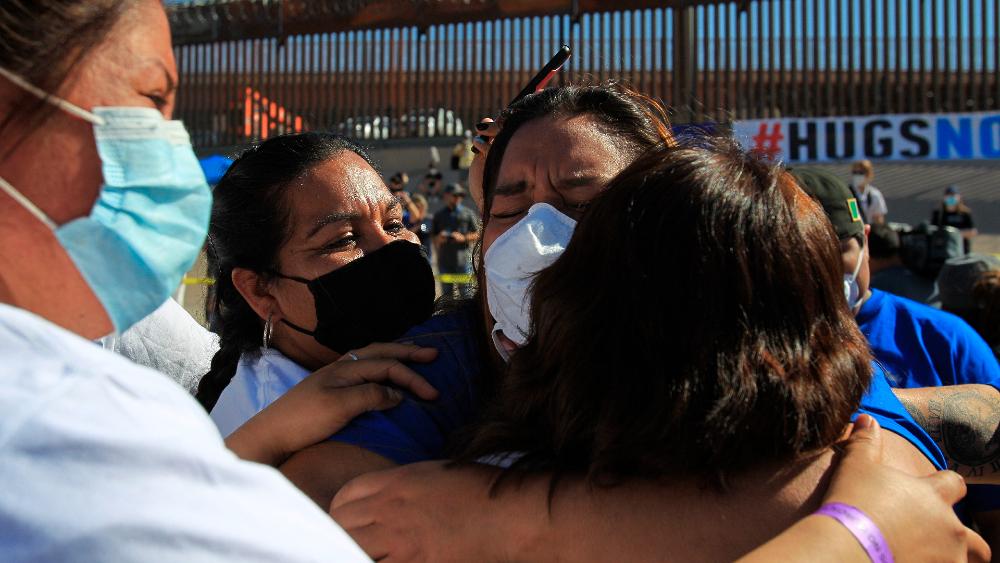 Familias migrantes se abrazan en frontera con EE.UU. tras décadas sin verse