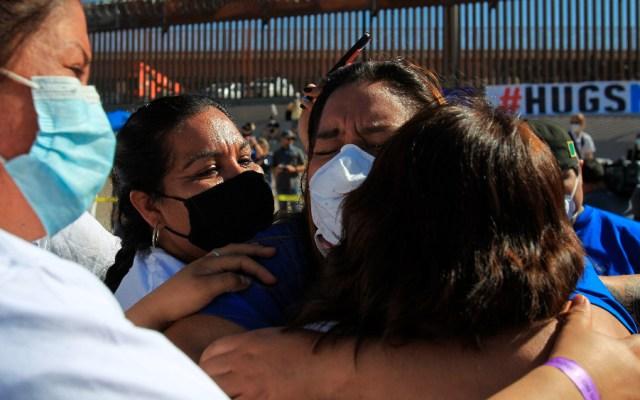 Familias migrantes se abrazan en frontera con EE.UU. tras décadas sin verse - migrantes México EEUU frontera abrazos