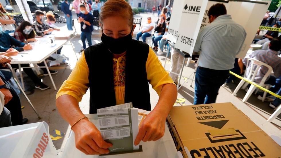¿Quiénes ganaron las 15 gubernaturas disputadas este 6 de junio? - Mujer deposita su voto en elecciones 2021 de México. Foto de EFE