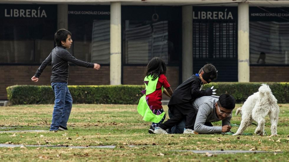 Jóvenes buscan distanciarse del ejemplo de sus padres para ser buen papá - Padre jugando con sus hijos. Foto de UNAM