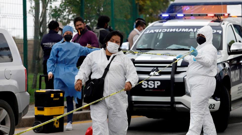 Suman 86 mil 311 homicidios dolosos en lo que va del sexenio - Peritos forenses en Ocoyucan, Puebla. Foto de EFE