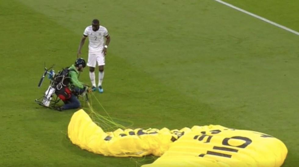 #Video Activista de Greenpeace cae al estadio durante encuentro Francia Alemania de la Euro - #Video Activista de Greenpeace cae al estadio durante encuentro Francia Alemania de la Euro. Foto de Focus De