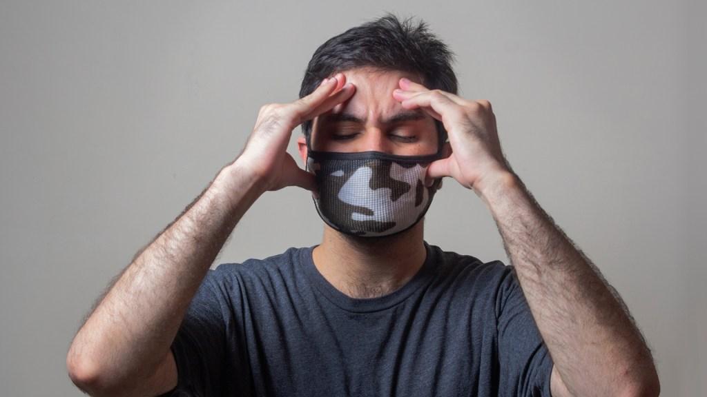 COVID-19 genera problemas cognitivos durante los primeros meses tras superar la enfermedad - Representación de hombre enfermo de COVID-19 con dolor de cabeza. Foto de Usman Yousaf / Unsplash