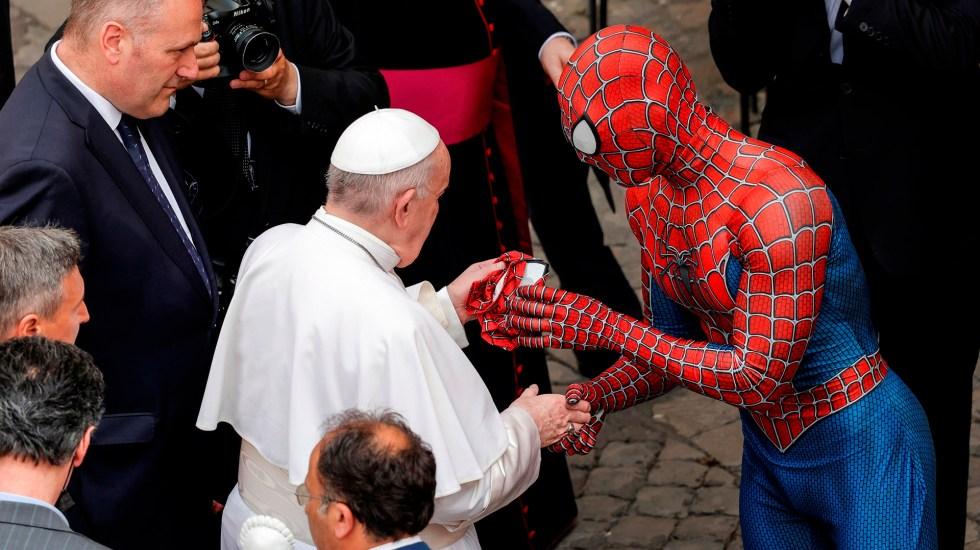 'Spiderman' visita al papa Francisco y le regala una máscara - Spiderman saluda al papa Francisco y le regala una máscara. Foto de EFE
