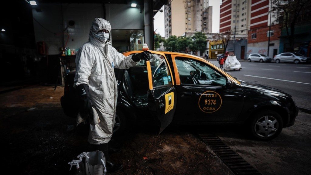 Taxis de Buenos Aires se visten de ambulancias contra el COVID-19 - Taxis de Buenos Aires se visten de ambulancias contra el COVID-19. Foto de EFE