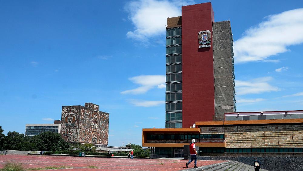 """Reitera AMLO ataques a la UNAM: """"¿Cuántos tratados, libros o ensayos existen sobre corrupción?"""" - UNAM Torre de Rectoría"""