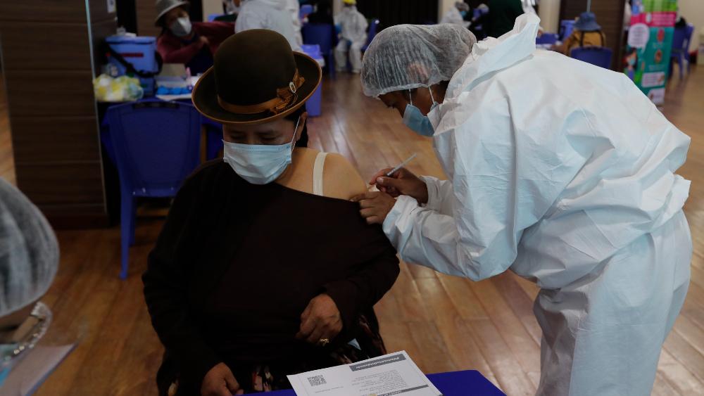 """No, los vacunados no se convierten en """"hombres lobo"""" como aseguran en Bolivia - vacunación Bolivia"""