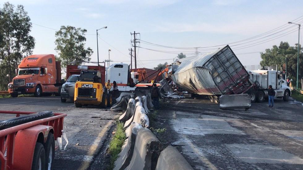 Choque y volcadura de tráiler paralizan la autopista México-Querétaro - Accidente de tráiler que afecta circulación en la México-Querétaro. Foto de @A_marquez7