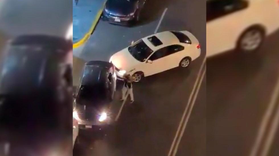 #Video Sujeto golpea auto con bat en CDMX por obstruir su cochera - Agresión de auto a batazos en la Benito Juárez. Captura de pantalla