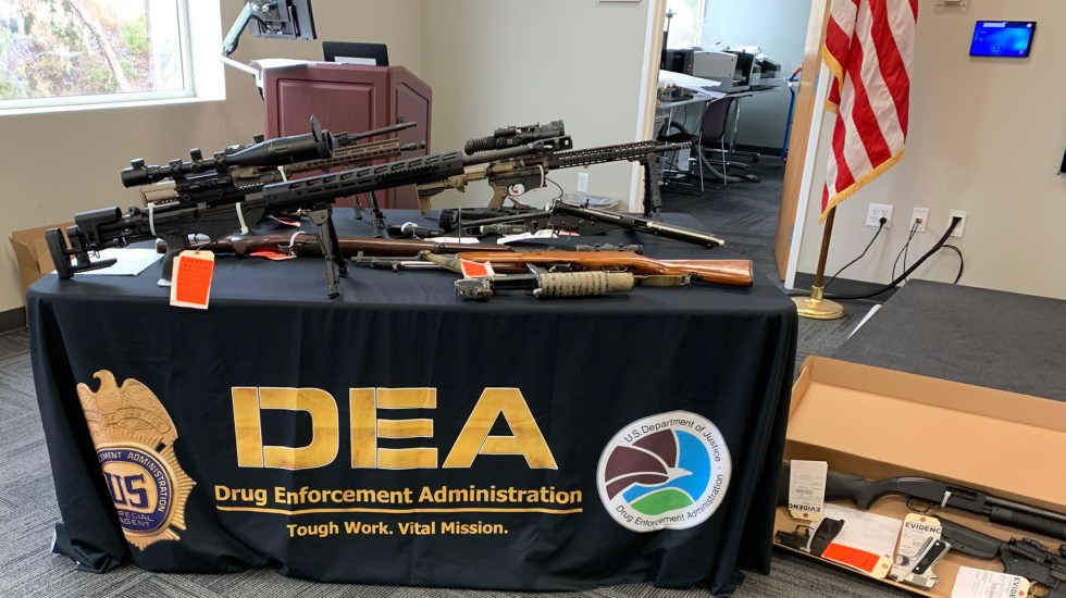 Detienen en EE.UU. a 44 presuntos delincuentes vinculados al Cártel de Sinaloa - Armas decomisadas a miembros de red de distribución de metanfetaminas. Foto de @DEASANDIEGODiv