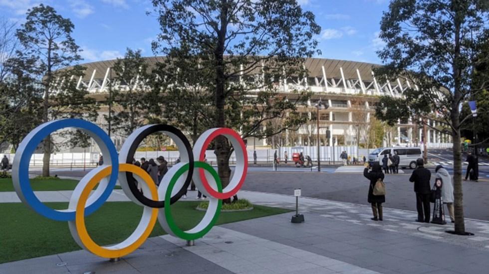 Detienen en Tokio a hombre por presunta violación en el estadio olímpico - Aros olímpicos afuera del Estadio Olímpico de Tokio. Foto de Google Maps / Joe Walker