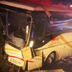 #Video Choque de tráiler contra autobús en la autopista Guadalajara-Tepic deja al menos seis muertos